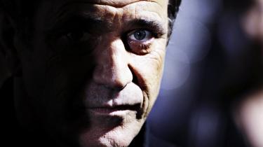 Nedsmeltning. Maskefaldet skete for 'Mad' Mel Gibson, da han for fem år siden i en kodyl brandert kørte rundt i bil, blev stoppet af et par betjente og lod sit jødehad gå ud over dem. Siden afløste den ene skandale den anden for den oscarvindende instruktør og skue-spiller. Men nu er han tilbage.