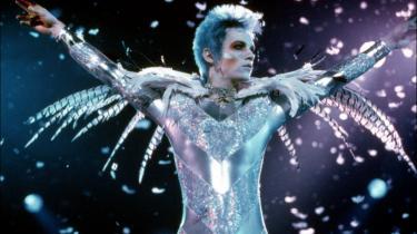 Glam. Både tematisk og visuelt rummer rockfilmen 'Velvet Goldmine' pirrende modsætninger, som når glamrockerne parrer fortættet dyrisk seksualdrift med et teatralsk-flamboyant og demonstrativt tænkt udtryk.