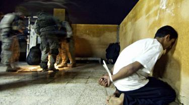 I Irak holdt Amnesty Interna°©tional sig fra at kritisere USA°Øs invasion og krig, men Amnesty har p?talt de mange kn©°gtelser af basale rettigheder°© sig blot Abu Ghraib. Her er en iraker tilfangetaget under en razzia i Tikrit i februar 2004.