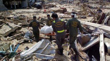Folk donerer hellere penge til akut katastrofehjælp end til projekter, der sætter ind før katastrofen rammer. Her ses redningsarbejdere efter tsunamien, der ramte den nordlige del af Phuket i Thailand i 2004.