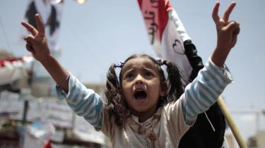 Yemens demokratibevægelse håbede slagord og vedholdende demonstrationer kunne få præsidenten til at træde tilbage. Nu taler våbnene.