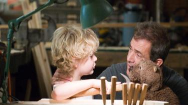 Mel Gibson med selvterapeutisk bæverhånddukke? Det er ikke kun præmissen i Jodie Fosters 'The Beaver', der er besynderligt. Hollywood har taget en indiefilm-hånddukke på og forsøger at lege finurlig i udstrakt arm