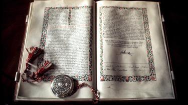 Grundloven af 1915, som den kan ses på Christiansborg.