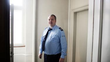 Lang de fleste timer af døgnet sidder de indsatte i Næstved Arrest i deres celler. Dobbeltbelægning er blevet hverdag, efter at belægningsprocenten i arresten er steget til op mod 103 pct. 'En gang imellem kunne jeg godt ønske, at nogle flere politikere kom på   besøg, inden de pressede flere folk herind,' siger Henning Koch, der er fællestillidsmand for alle fængselsfunktionærer på de sjællandske arresthuse.