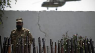 En helikopter er ved at lande ved en pakistansk kaserne, hvor en soldat stolt fremviser utallige geværløb på rad, som siges at være beslaglagt fra militante oprørere i Mohammad Gat tæt ved grænsen til Afghanistan.