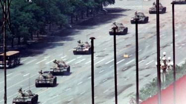 Det berømte billede fra Den Himmelske Freds Plads er taget 5. juni 1989 — altså dagen efter massakren på pladsen skulle have fundet sted. Ifølge ekspert i kinesiske forhold er massakren på pladsen medieskabt. Der blev dræbt en del studerende, men langt færre end gengivet i medierne — og det foregik ikke på pladsen, men i gaderne.