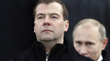 Er præsident Medvedev (forrest) i gang med at vriste sig fri af sin forgænger, Vladimir Putin (bagest), eller er det denne, der styrer de aktuelle begivenheder i Rusland?