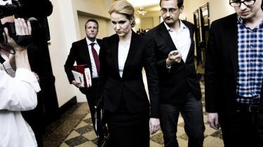 en socialdemokratiske leder Helle Thorning-Schmidt på vej til pressemøde, hvor hun fremlægger den røde 2020-plan. I de seneste tid har flere venstreorienterede kritiseret økonomerne for at favorisere blå sides økonomiske planer.
