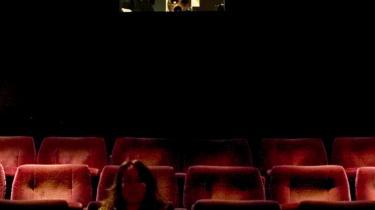 Der er efterhånden færre og færre incitamenter til at gå i biografen, mener den danske filmmand, Thomas Mai: 'Folk ved, at hvis de ikke når at se den i biografen, så kan de se den på betalings-tv eller dvd, hvor den først koster meget, men hurtigt bliver billig. Og ellers kan de vente på, at filmen kommer gratis på tv.'