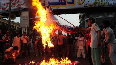Tilbagetrækningen i Afgha-nistan handler ikke kun om, hvorvidt afghanerne er klar til at varetage sikkerheden i landet. Forholdet til Pakistan er også årsag til bekymring i Det Hvide Hus. På billedet ses borgere i den pakistanske by Karachi, der protesterer mod USA's droneangreb.