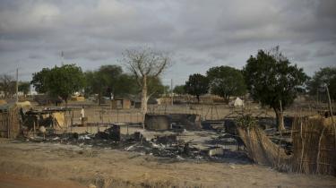 Det sudanske styres angreb i blandt andet olieområderne Abyei (billedet) og staten Sydkordofan i Sydsudan er et forsøg på at forplumre chancerne for den uafhængighed, der ifølge planen skal blive en realitet om en måneds tid. Angrebene har tvunget tusindvis af mennesker til at flygte.