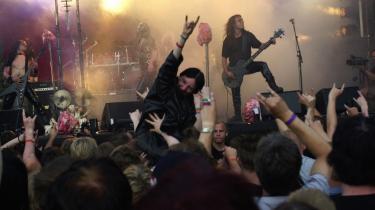 Black metal-genren er med årene blevet mere udadvendt og liveoptrædener er ikke længere prædikener, men koncerter. De hader stadig Gud, men hylder ikke længere Satan som alternativt dogme. Her Mayhem på scenen i Kristiansand.