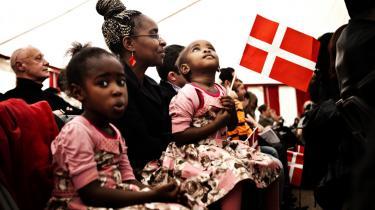 Nye danske statsborgere fejrer deres nyerhvervede stats°©borger°©skab. En ©°ndring af proce°©duren for tildeling af statsborgerskab kunne have ©™get deres retssikkerhed under behandlingen af deres ans©™gning.