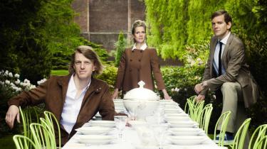 Så er bordet dækket på Carlsberg — med uforudsigelige historier og en underfundighed, som holder de vandrende tilskuere tændte. Her er det Daniel Norback, Merete Byrial og Johannes Lilleøre, der byder på tilsølede tallerkener og oprevne sind i det grønne.