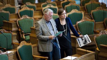SF's bagland er ikke tilfreds med partiets tilslutning til den nye udvisningslov. Man kunne tro, at SF har rykket sig helt til højre for Socialdemokraterne, lyder det. I går tog SF's Astrid Krag, her med Henrik Dam Kristensen (S), partiets politik på området i forsvar.