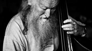 De første toner. Den eneste musik i min barndom kom fra min mors sang, og da den stoppede, kom der ikke noget i stedet, fortæller Hugo Rasmussen.