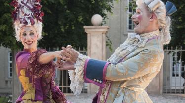 Liderligheden slår gnister neden under det falske fornemhedsspil mellem Ann Eleonora Jørgensen og Jens Jacob Tychsen i Grønnegårds Teatrets underholdende 'Henrik og Pernille'.