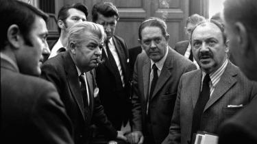 Da Anker Jørgensen dannede en ren S-regering, og Kjeld Olesen (t.v.) blev udenrigsminister, eksploderede debatten om atombevæbningen i Europa specielt i den socialdemokratiske folketingsgruppe.