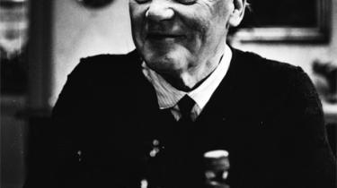 Revyskuespilleren Osvald Helmuth tryllebandt alle aldre. Med enkle virkemidler gjorde han sig på scenen til hvem som helst. Ofte så tyst, at man måtte læne sig frem for ikke at gå glip af et ord. Mod sit livs slutning sang Osvald Helmuth om sin skrøbelighed. Det strammede om hjerterødderne