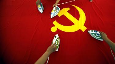 Kinas kommunistpartis centralkomité gør alt for at afvise kritik udefra og holde alt, der kan forstyrre  illusionen om en retfærdig nation, ude af kinesernes øjne og sind. Her stryger fire arbejdere et flag, der er blandt de 30.000, der skal pryde Beijings gader op til partiets 90- årsdag på fredag.
