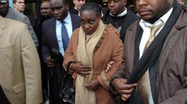 Agathe Habyarimana (i midten), der er enke efter Rwandas pr©°sident Juvenal Habya°©rimana, der blev myrdet i 1994, ses her ved appelretten i Paris for fire ?r siden, hvor hun blev n©°gtet politisk asyl, til trods for at hun har opholdt sig i Frankrig siden 1994. Hun er ofte blevet beskyldt for at v©°re arkitekten bag folkemordet i sit hjemland efter mordet p? manden.