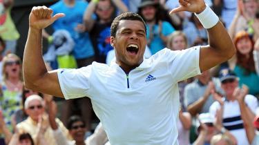 Franske Jo-Wilfried Tsonga slog noget overraskende Roger Federer i fem sæt i går i kvartfinalen i Wimbledon.