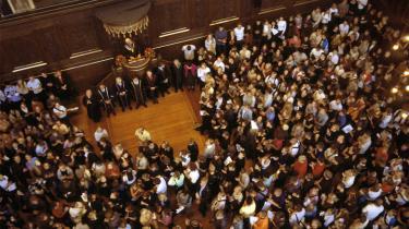 Et rekordstort antal unge ventes at søge ind på universitetsuddannelserne i år, men universiteterne risikerer selv at skulle betale regningen. De seneste års øgede optag kommer til at koste universiteterne godt 730 mio. kr. Rektorerne ønsker en garanti for, at regeringen vil betale for det øgede optag