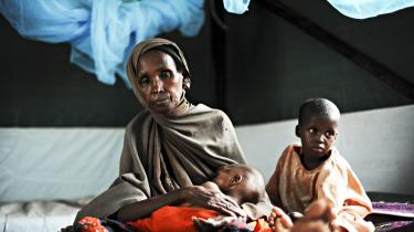 Suban Osman sammen med to af sine underernærede børnebørn i en klinik drevet af Læger uden Grænser i flygtningelejren i Dadaab. Tusindvis af somaliere er flygtet over grænsen til Kenya på grund af krig, sult eller tørke, men Kenya er nu også hårdt ramt af manglende nedbør.