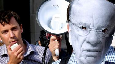 Afsløringer af tabloidavis' aflytning af terror- og mordofres mobiltelefoner har skabt et hidtil uset pres på mediemogulen Rupert Murdoch og kan få konsekvenser for politiet og premierministeren