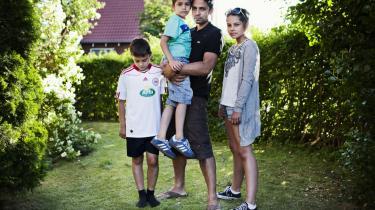 Mand for fanden. Manu Sareen er far til Felix på 11 år, Alvin på 6 og Cilia på 14. Hans børn skal kunne kende forskellen på, hvem der er mor, og hvem der er far, forklarer han: 'Jeg gider ikke lave pussenusselege med dem, og jeg er utroværdig, hvis jeg gør det. Vi slås — jeg smadrer og tackler dem. Hvis vi fædre tror, at vi skal være piger, så går det galt. Jeg er stadig mand for fanden, men jeg synes bare, at jeg er så privilegeret i min generation, at jeg også har den anden, bløde side,' siger han.