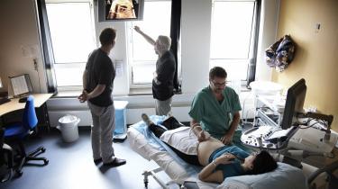 Læger nærstuderer scanningsbilleder af et foster. Finder de fejl, kastes de vordende forældre ud i voldsomme kvaler.
