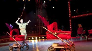 'Cirkus Summarum' knaser og klistrer herligt ude i teltet på Tiøren, både for vuggestue-ungerne, teenagerne og deres garvede voksne. Med lykkelig galskab og langt-ude-humor