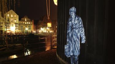 Danske street art-kunstnere som for eksempel Armsrock har bevæget sig fra at være symboler på oprør til at være noget, massen kan acceptere. Men forsvinder kunstartens berettigelse, når protesten og tilknytningen til undergrunden bliver svær eller umulig at fastholde?