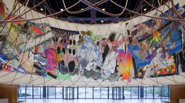 I Berlin er der verdenspremiere på 'The Michael Kohlhaas Curtain'. På samme tid maleri og installation af den amerikanske maler Frank Stella og den spanske arkitekt Santiago Calatrava