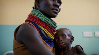 En kvinde i Turkana med sit underernærede barn. Mange har brug for mad, emn der er kun mad til de allermest trængende.