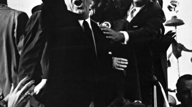 Lyndon Johnson var larmende og svær at styre. Her prøver John Kennedy under Demokraternes valgkamp i 1960. Da Kennedy i 1963 blev myrdet, og Johnson overtog præsidentembedet, gled USA ud i krig uden ende.