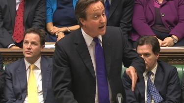 Storbritanniens premierminister, David Cameron, fortalte i går det britiske underhus, at han fortrød ansættelsen af den tidligere News of the World (NoW)-chefredaktør Andy Coulson som sin pressechef. Det ville han ikke have gjort i bagklogskabens lys, fortalte han, 'men man træffer ikke beslutningen i bagklogskabens lys; man træffer dem i nuet. Man lever, og man lærer — og tro mig, jeg har lært'. Labour-formand Ed Miliband var ikke tilfreds med sin politiske rivals udmelding: 'Det handler ikke om bagklogskab. Det handler ikke om, hvorvidt hr. Coulson løj over for ham. Det handler alt sammen om de oplysninger, som premierministeren ignorerede,' sagde han.