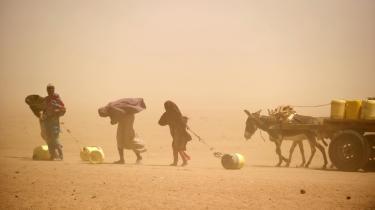 I de hungersnødsramte områder af Sydsomalia flygter alle, der endnu har kræfter til at forlade deres hjem. Her har flere år uden regn udryddet alle betingelser for liv. Der mangler stadig over 66,7 milliarder kr. for at afhjælpe katastrofen. Mens verden tager sig sammen, dør somalierne