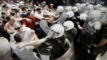 Græske taxachauffører i kamp med politiet foran Transportministeriet i Athen. Før skulle man betale helt op til 200.000 euro for at overtage en licens til at køre taxa i Athen, men som følge af liberaliseringen af en lang række lukkede erhverv kan alle nu få en licens for 3.000 euro.