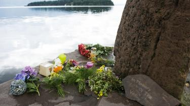 I afmagt og medfølelse drog mange mennesker til fjorden og lagde blomster, tændte lys som en sidste respekt for de 86 unge ofre på Utøya, som ses i baggrunden samt de syv i Oslo.
