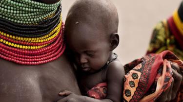 En kvinde bærer sit fem måneder gamle barn i Kenyas nordvestlige Turkana-distrikt. Et af de hårdt ramte områder på Afrikas Horn.