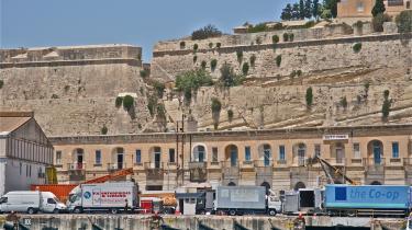 Der er zombiekrig på Malta, men alligevel ret fredeligt i havnen, hvor både fra Libyens borgerkrig lægger til.