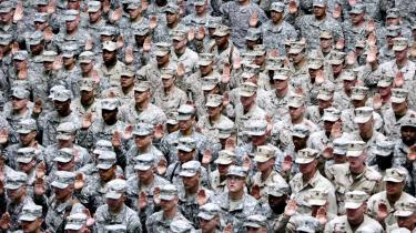 Amerikanske soldater fra hæren og søværnet aflægger ed i Bagdad i 2008. USA er nu på vej ud af Irak, og listen over fremtidige konventionelle krigsmodstandere er kort, mener amerikanske eksperter. 'Ingen kan med sikkerhed afvise, at USA på et eller andet tidspunkt vil blive involveret i en ny konventionel krig, men det virker ikke plausibelt,' vurderer Gordon Adams, professor i amerikansk udenrigspolitik.