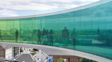 Når f.eks. kunstneren Olafur Eliasson præsenterer et værk som 'Your Rainbow Panorama', en cirkelformet 150 meter lang rundgang i regnbuens farver på taget af ARoS i Aarhus, bør man diskutere værket og potentialet og ikke kun fokusere på besøgstal og dermed økonomi, mener dagens kronikør.