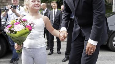 Den norske statsminister, Jens Stoltenberg, har ikke været tæt omringet af sikkerhedsfolk siden bombeattentatet i Oslo. Tværtimod er det en dyd for Norge at holde fast i det åbne samfund efter tragedien. Her ses Stoltenberg fire dage efter attentatet på vej fra regeringsbygningen.
