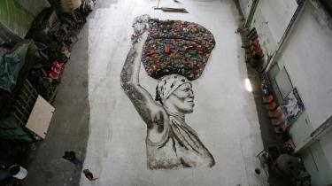 Vik Muniz' projekt på verdens største landopfyldnings-losseplads i udkanten af Rio de Janeiro mundede ud i en række portrætter af de mennesker, der arbejdede på stedet — udført i genbrugsmaterialer naturligvis.