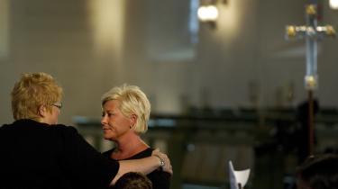 Erna Solberg fra Høyre trøster det norske Fremskrittspartis formand, Siv Jensen, ved en mindehøjtidelighed for ofrene for Anders Breiviks massakre. Henrik Herløv Lund mener, at Siv Jensens parti på linje med Dansk Folkeparti har et moralsk og ideologisk ansvar for massakren i Norge.