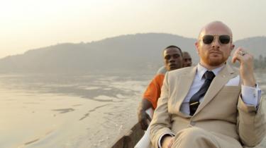 Mads Brügger rejste i sin prisvindende dokumentarfilm 'Det røde kapel' til Nordkorea forklædt som kommunistisk teaterdirektør. I sin næste film, 'Ambassadøren', fortsætter han rollespillet, men nu som skruppelløs diplomat i Centralafrika. Det er underholdende og afslørende – men er det også i orden?