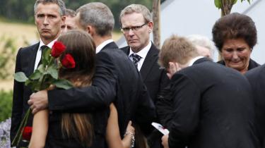 Den norske statsminister Jens Stoltenberg (t.v.) deltog i går i en mindehøjtidelighed på Sundvollen Hotel, der var samlingssted for mange af de overlevende fra massakren på Utøya for to uger siden.