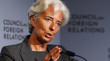 Mistanken om bedrageri med offentlige midler hænger nu officielt over hovedet på Lagarde og kan skade hendes arbejde i valutafonden. Sarkozy kan til gengæld se frem til at skulle forklare sine aktier i sagen under den kommende præsident-valgkamp